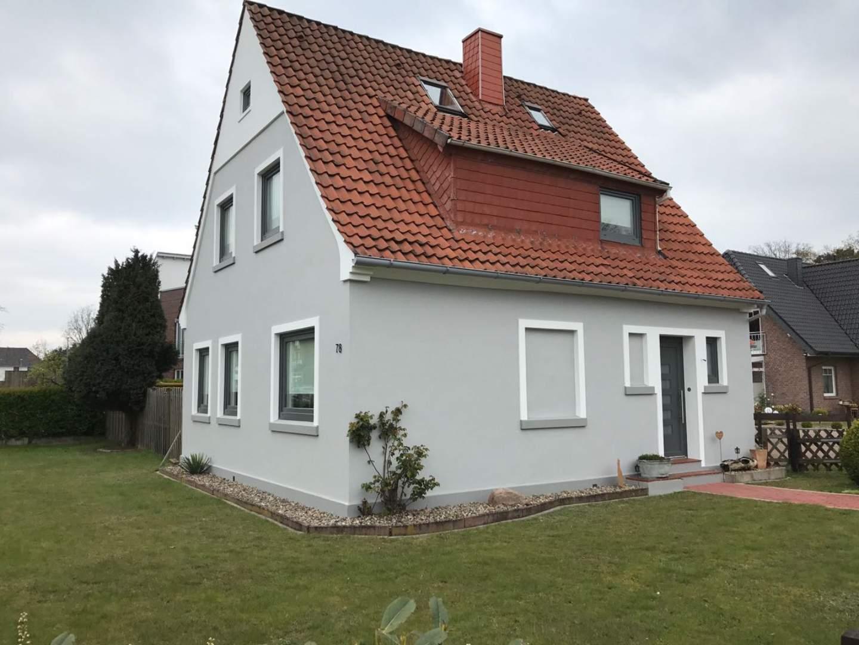 Frisch gestrichene Fassade eines Einfamilienhauses